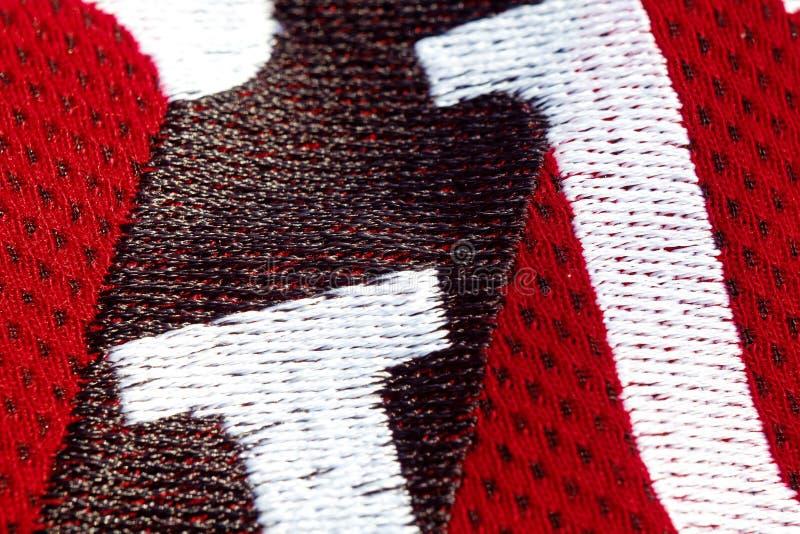 Vue sup?rieure de plan rapproch? rouge de v?tements de sport lettres brod?es sur le tissu tricots respirables macro de d?tails d' images libres de droits