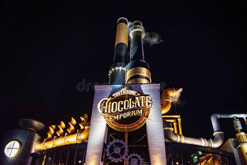 Vue sup?rieure de restaurant de centre commercial de Chocolote sur le fond de nuit chez Citywalk ? la r?gion d'Universal Studios image stock