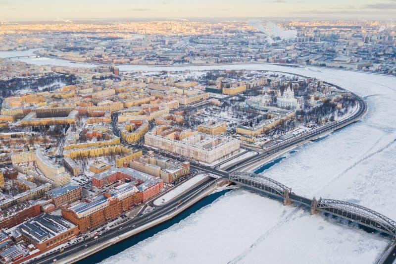 Vue sup?rieure du centre de St Petersburg Pont de Bolsheokhtinsky et cath?drale de Smolny, rivi?re de Neva photographie stock libre de droits