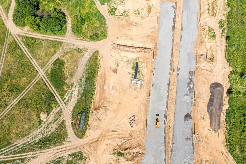 Vue sup?rieure a?rienne de chantier de construction la niveleuse prépare la terre pour la construction de routes image libre de droits