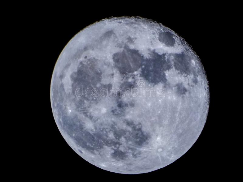 Vue superbe de lune bleue de Bucarest photographie stock