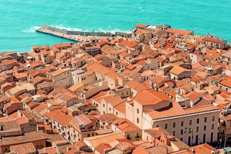 Vue sur de vieux toits rouges photos stock
