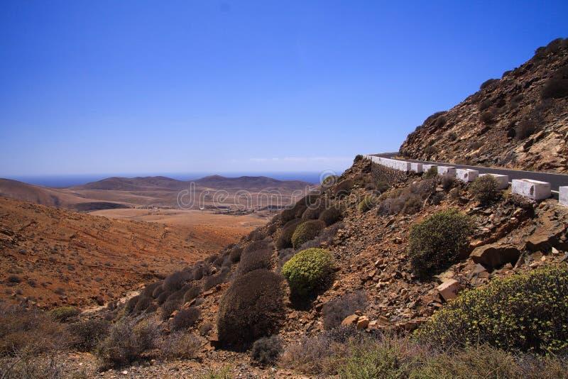 Vue sur des serpentines de route raide de montagne entre Betancuria et Pajara photos libres de droits