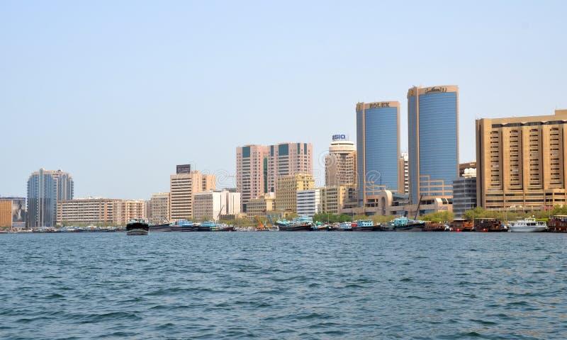 Vue sur Dubai Creek avec ses bâtiments modernes image libre de droits