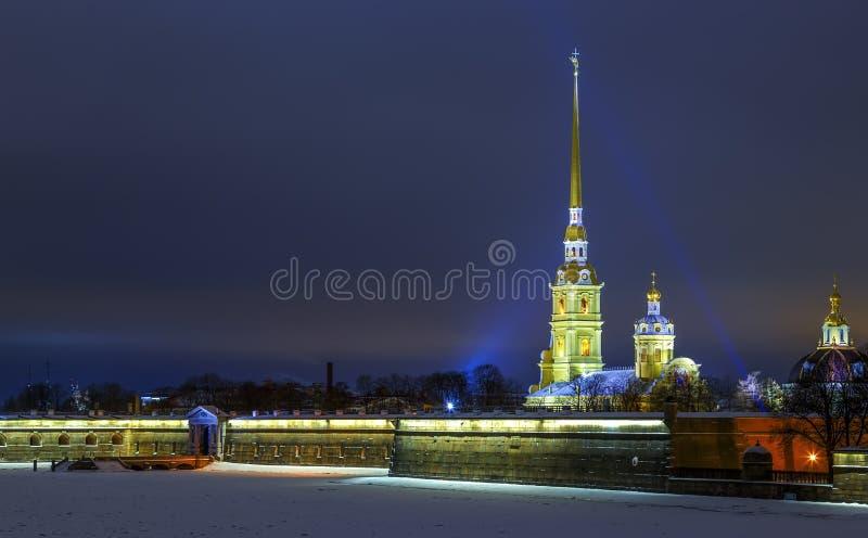 Vue sur l'église de Peter et de Paul la nuit d'hiver, lueur de la lumière de coucher du soleil à l'arrière-plan, Sankt-Peterburg photographie stock libre de droits