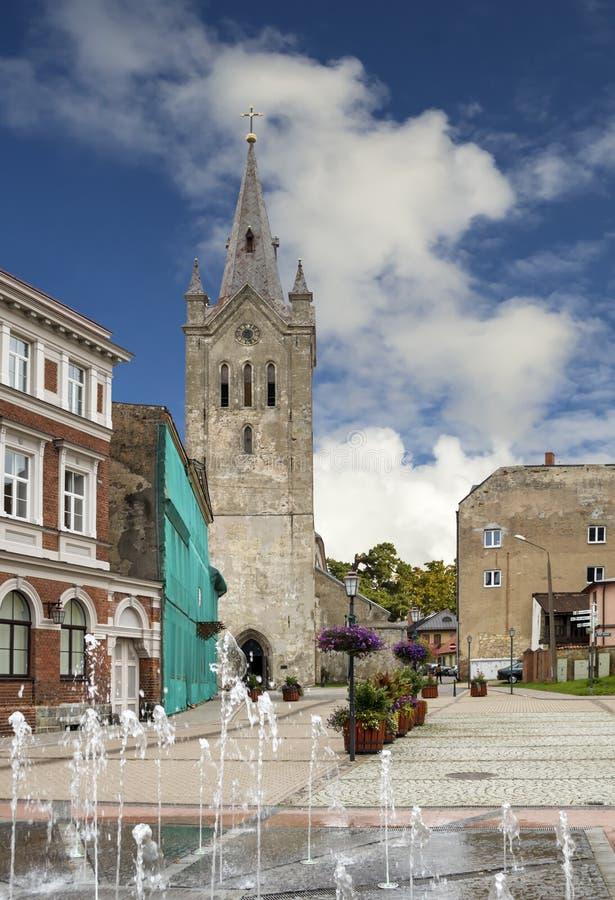 Vue sur l'église de St John dans Cesis, Lettonie, l'Europe photographie stock libre de droits