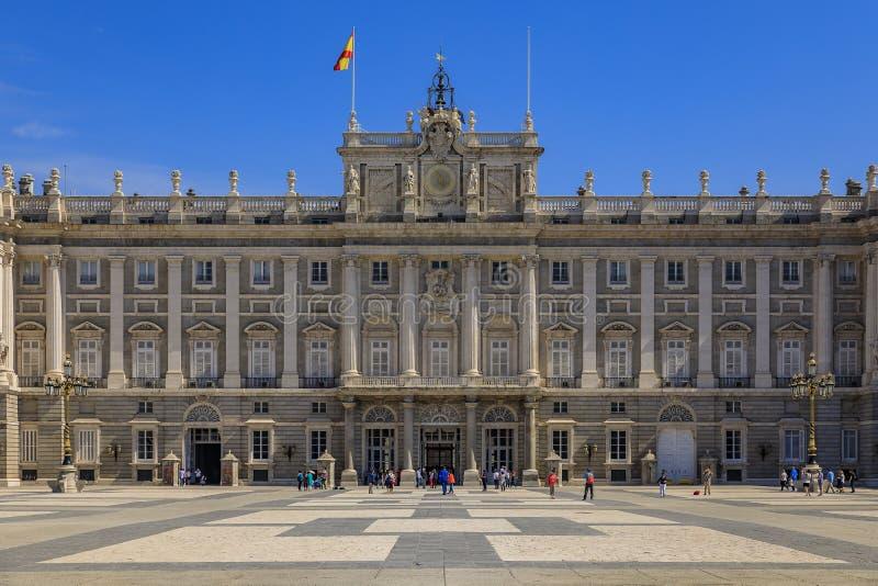 Vue sur l'architecture ornée du Palais Royal ou de la façade du Palais Royal et de la Plaza de la Armeria à Madrid, Espagne image libre de droits
