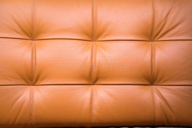 Vue sur l'arrière d'un canapé en cuir, des clochettes en fil de fer brun clair Arrière-plans, structures, intérieur photos stock