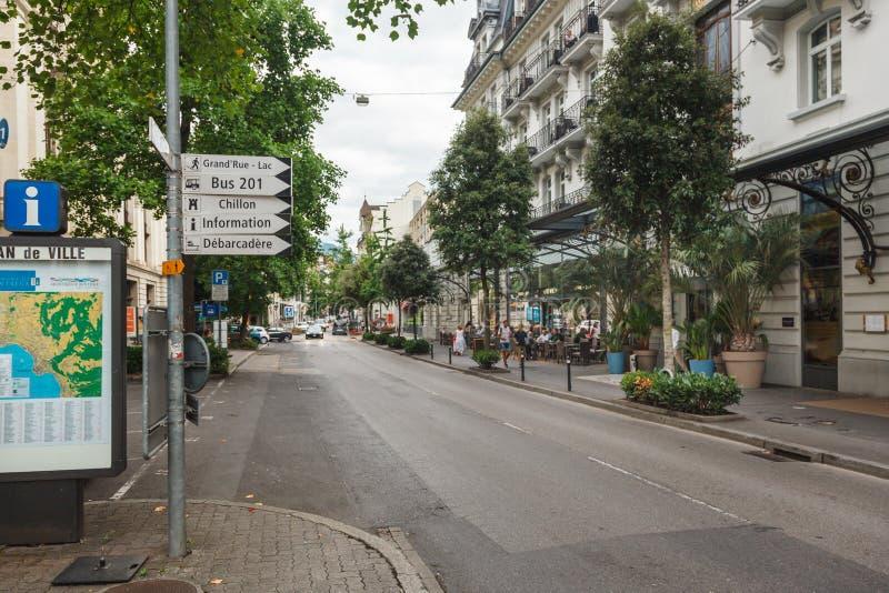 Vue sur l'avenue des Alpes en face de la gare avec plan de la ville et panneaux de direction à Montreux, Suisse photographie stock libre de droits
