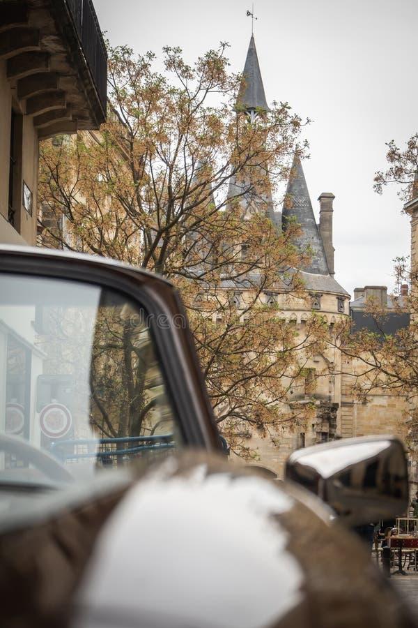 Vue sur l'endroit de la porte Cailhau d'une vieille voiture convertible photographie stock libre de droits