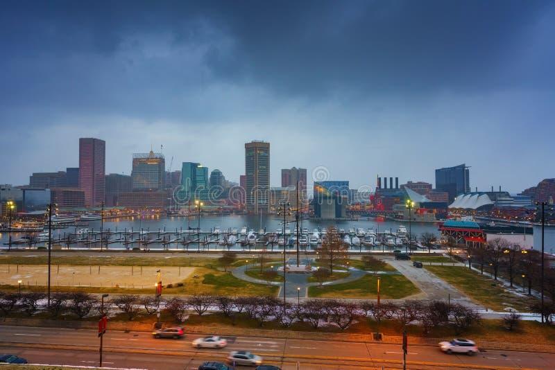 Vue sur l'horizon de Baltimore et port intérieur de colline fédérale au crépuscule images stock