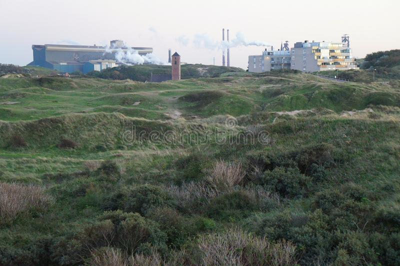 Vue sur l'usine de Tata Steel dans le temps de lever de soleil près de Wijk Zee aan images libres de droits