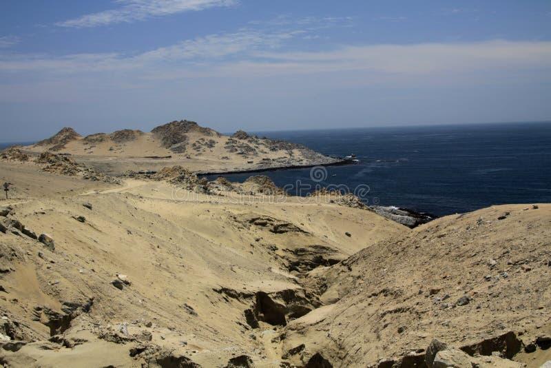 Vue sur la baie abandonnée à la ligne rocailleuse inhabitée sans fin de Côte Pacifique du désert d'Atacama, Pan de Azucar photo libre de droits