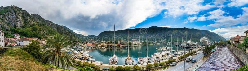 Vue sur la baie et les bateaux de Kotor images libres de droits