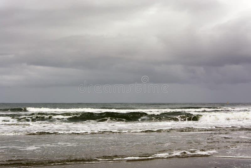 Vue sur la côte de Texel Province de la Hollande-Septentrionale, Pays-Bas Un jour orageux et pluvieux en automne photo stock
