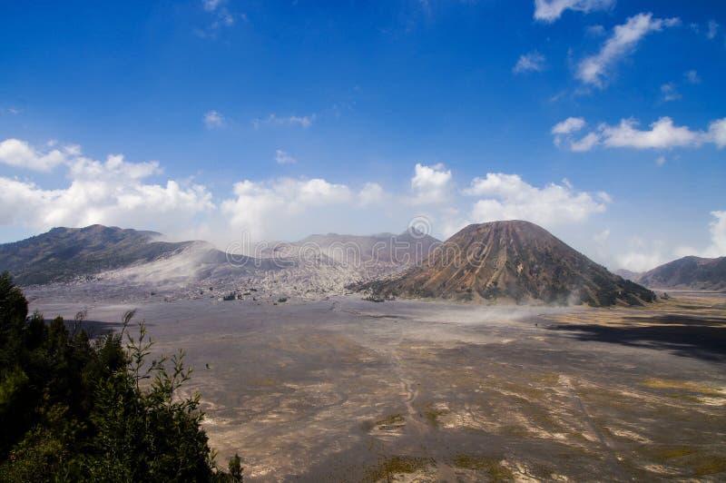 Vue sur la caldeira du vieux volcan Tengger avec le volc de Bromo et de Batok images stock