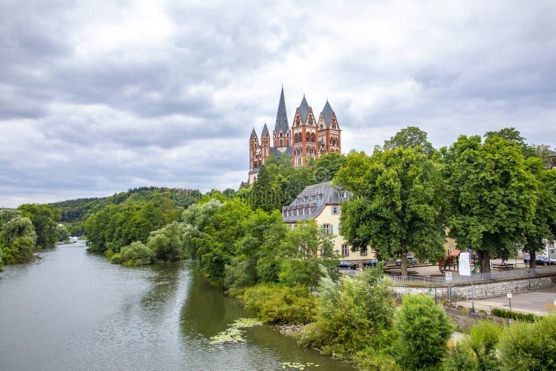 Vue sur la cathédrale de Limbourg avec le fleuve Lahn photos libres de droits