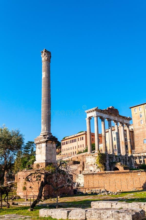 Vue sur la colonne de Phocas et le temple de Saturn qui était un temple romain antique consacré au dieu Saturn dans Roman Forum image stock