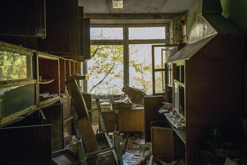 vue sur la fenêtre de l'obscurité sur le clasroom abandonné images stock