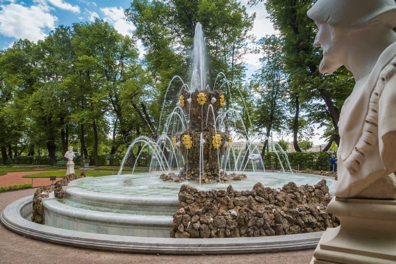 Vue sur la fontaine de couronnement par l'architecte Mikhail Zemtsov pendant le jour de jardin d'été au printemps image libre de droits