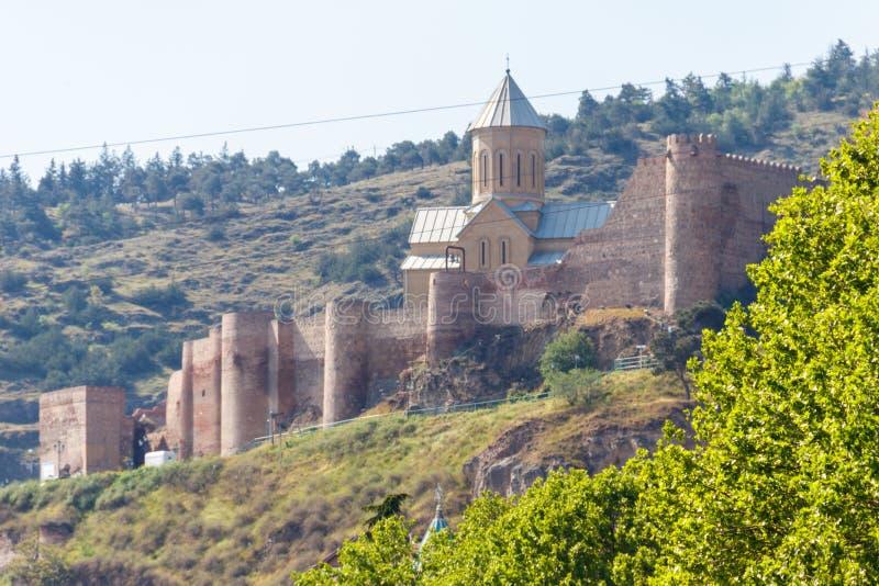 Vue sur la forteresse antique irr?futable Narikala et l'?glise de Saint-Nicolas ? Tbilisi, la G?orgie photos stock