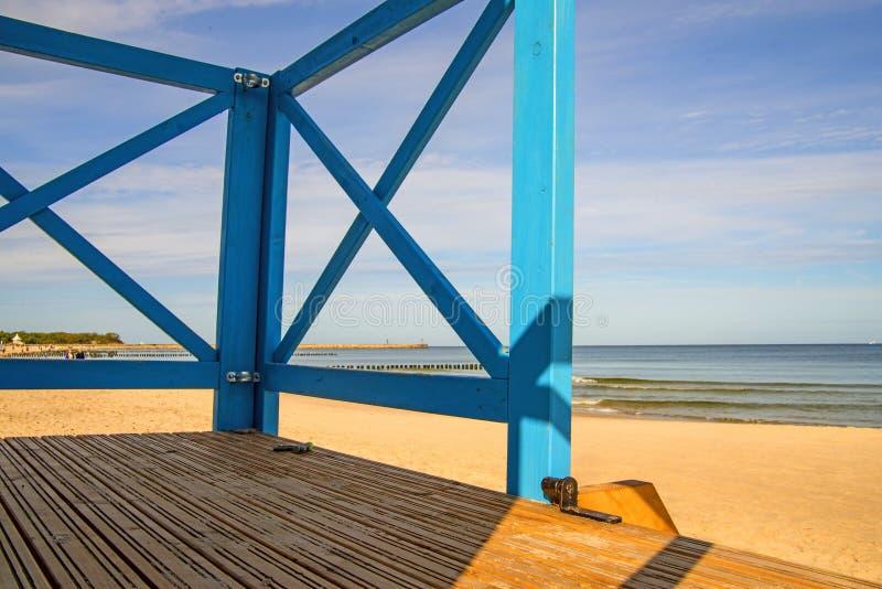 Vue sur la mer Baltique à travers une cabane de baïwatch photo libre de droits