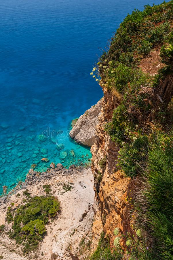 Vue sur la mer bleue clair comme de l'eau de roche par les falaises dans le sud-ouest de Zakynthos, près de Keri image libre de droits