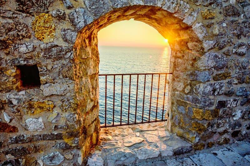 Vue sur la mer de la fenêtre de forteresse dans la vieille ville Ulcinj, lundi photos libres de droits