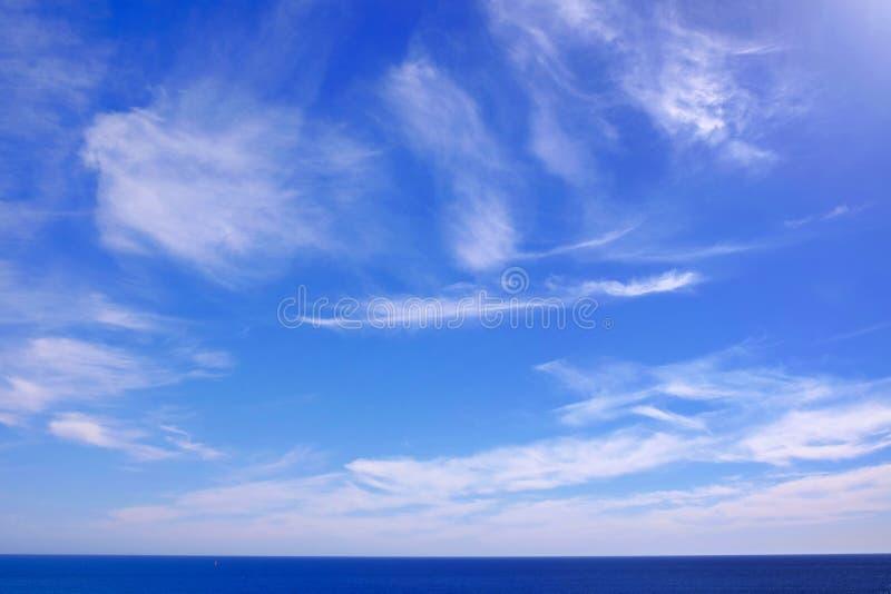 Vue sur la mer et le ciel bleu avec les nuages blancs photographie stock libre de droits