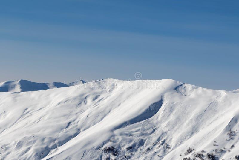 Vue sur la pente neigeuse hors-piste de lumière du soleil avec des traces des avalanches à la soirée du soleil Montagnes de Cauca photo libre de droits