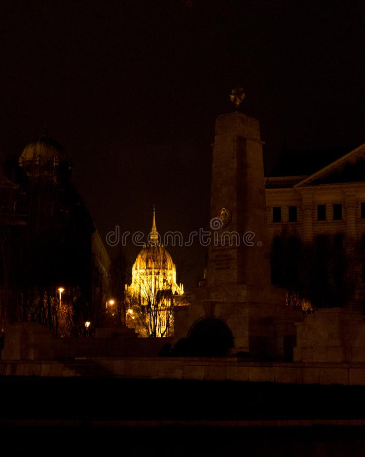Vue sur la place de liberté à l'arrière-plan de Budapest Hongrie du parlement la nuit images libres de droits