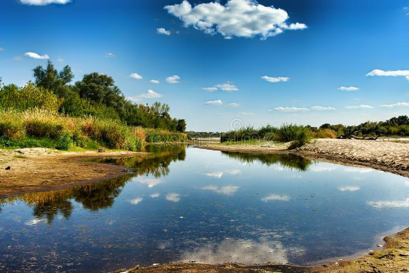Vue sur la rive sauvage de la Vistule dans Jozefow pr?s de Varsovie en Pologne photos stock
