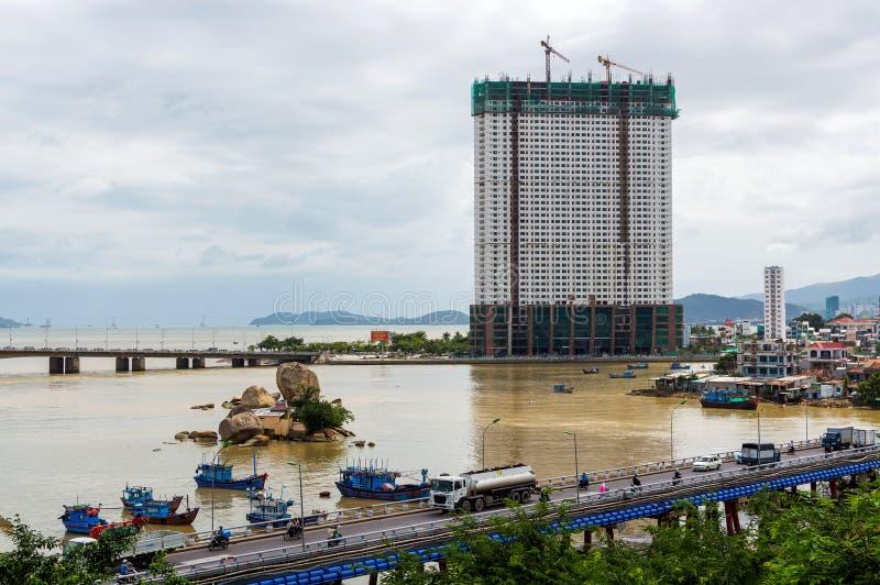 Vue sur la rivière d'Eao et la ville de Nha Trang de pont images libres de droits