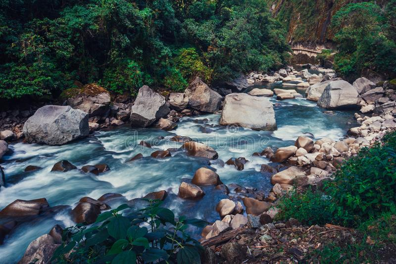 Vue sur la rivière d'Urubamba sous la montagne de Machu Picchu photo stock