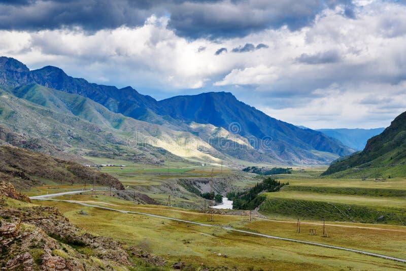 Vue sur la rivière de Chuya en montagnes le long de Chuysky Trakt République d'Altai, Russie photos libres de droits