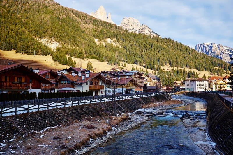 Vue sur la rivière de montagne dans la petite ville alpine photos libres de droits