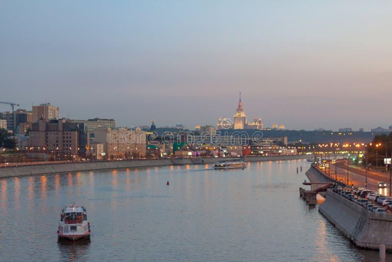 Vue sur la rivière de Moscou, des remblais de Berezhkovskaya et de Savvinskaya le soir, paysage urbain urbain d'été photographie stock libre de droits