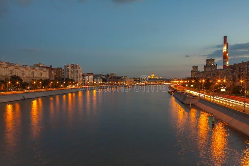 Vue sur la rivière de Moscou, des remblais de Berezhkovskaya et de Savvinskaya le soir, paysage urbain urbain d'été photos stock