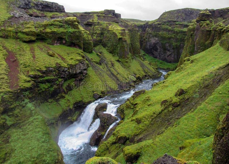 Vue sur la rivière de Skoga avec la cascade dans le jour d'été pluvieux sur la traînée de Fimmvorduhals de Skogar à Thorsmork, mo image stock
