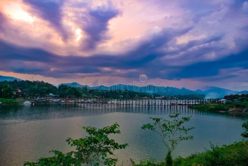 Vue sur la rivière, pont, montagne et coucher de soleil Sangklaburi Kanchanaburi (Thaïlande) 17 45 Contexte naturel images stock
