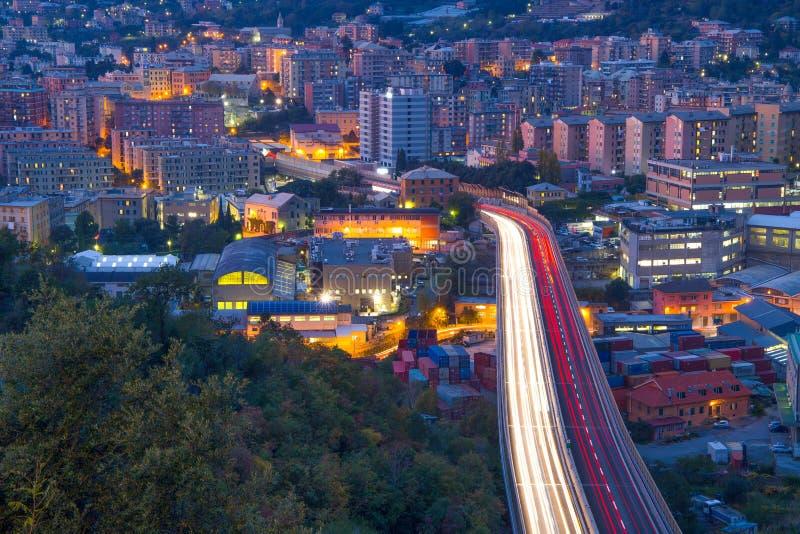 Vue sur la route dans la partie occidentale de Gênes par nuit, Italie photos stock