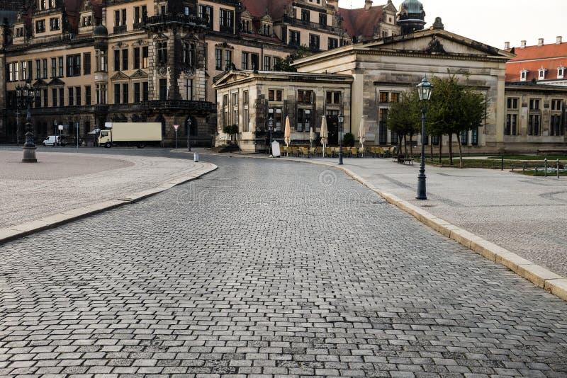 Vue sur la route pavée dans la vieille ville image libre de droits