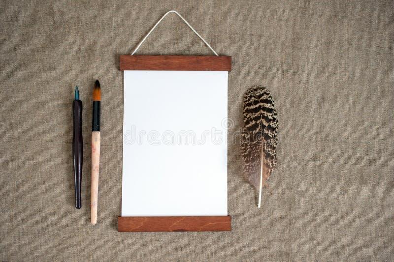 Vue sur la toile de jute, plume, brosse, plume photo stock