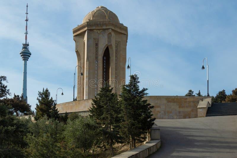 Vue sur la tour de TV et la flamme éternelle à Bakou image stock