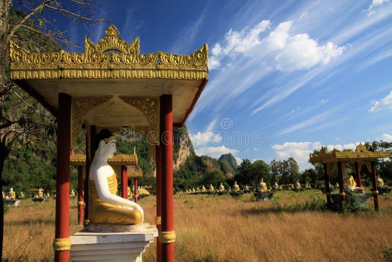 Vue sur la vallée reculée avec plus de 1000 statues se reposantes de Bouddha dans les rangées différant du ciel bleu photos libres de droits