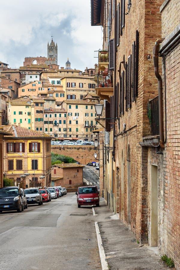 Vue sur la ville de Sienne de la rue par l'intermédiaire de del Sole l'Italie images stock