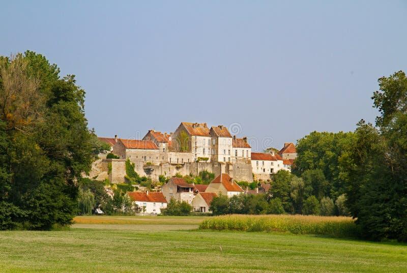 Vue sur la ville médiévale Pesmes image libre de droits