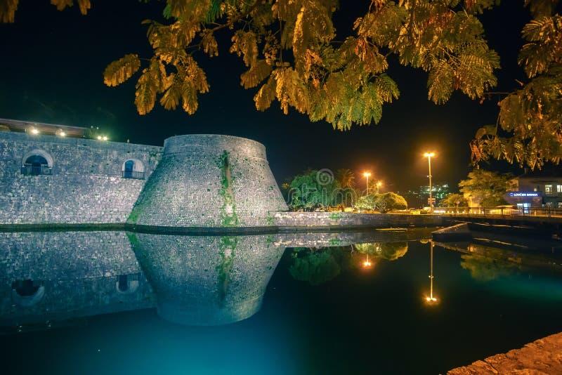 Vue sur la ville nocturne de Kotor, Monténégro photographie stock libre de droits