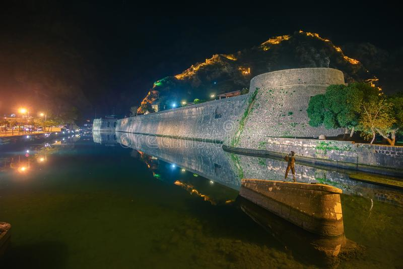 Vue sur la ville nocturne de Kotor, Monténégro photo stock