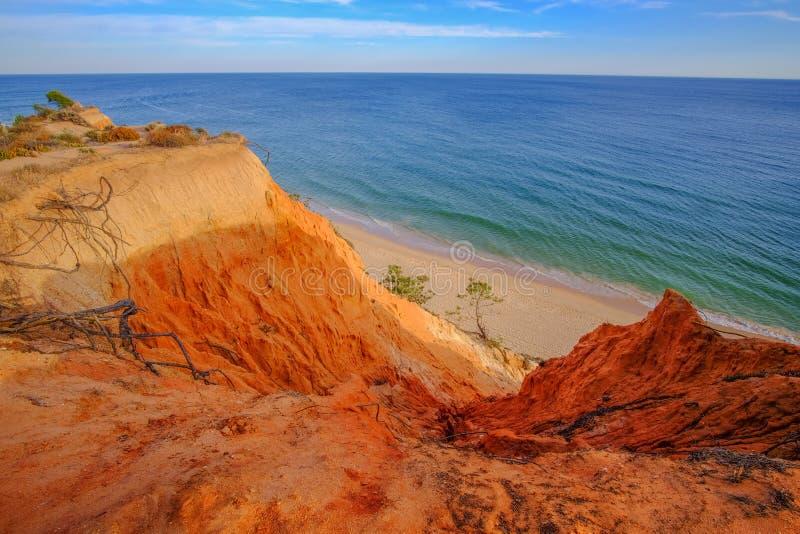 Vue sur le beau Praia DA Falesia Barranco DAS Belharucas de plage dans Algarve, Portugal photographie stock libre de droits